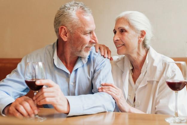 Middelgroot geschoten gelukkig paar dat elkaar bekijkt Gratis Foto