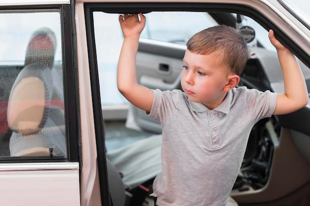 Middelgroot geschoten kind in auto Premium Foto