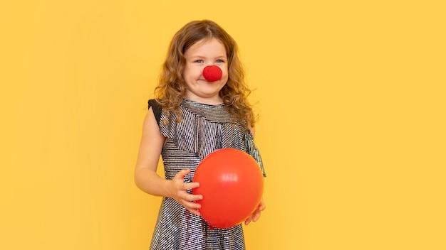 Middelgroot geschoten meisje met clownsneus Gratis Foto