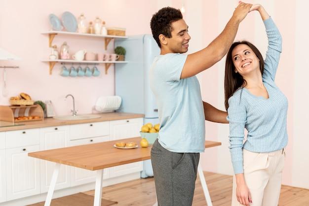Middelgroot schot gelukkig paar die samen tijd doorbrengen Gratis Foto