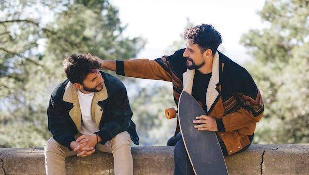 Middelgroot schot van vrienden met skateboards Gratis Foto