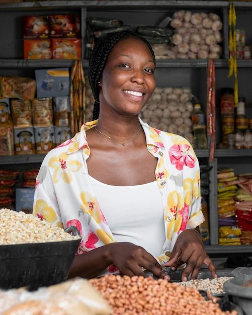 Middelgrote geschoten smileyvrouw in markt Gratis Foto