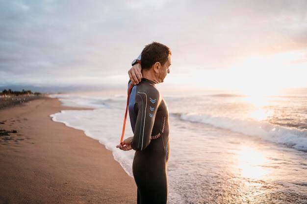 Middelgrote man in zwembroek Gratis Foto