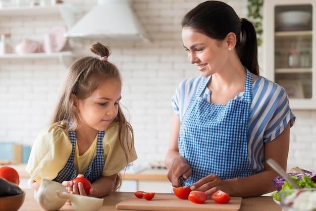 Middelgrote moeder snij tomaten Gratis Foto