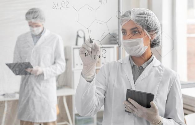 Middelgrote wetenschappers met gezichtsmaskers Premium Foto