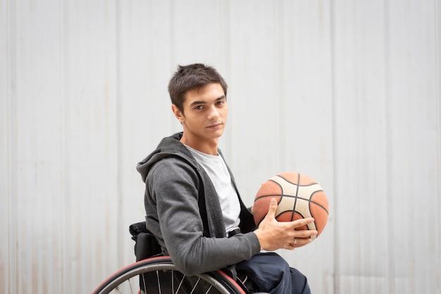 Middellange geschoten gehandicapte man met basketbal Premium Foto