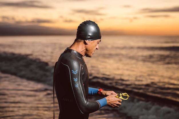 Middellange geschoten man die zich voordeed aan zee Gratis Foto