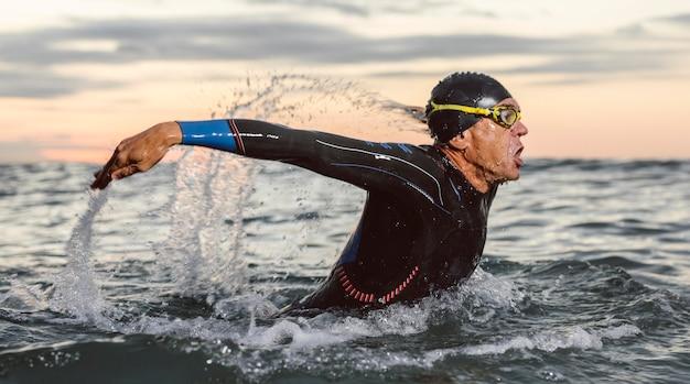 Middellange geschoten man die zwemt Premium Foto