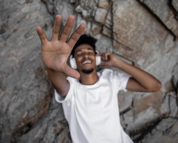 Middellange geschoten smileymens met hoofdtelefoons Gratis Foto