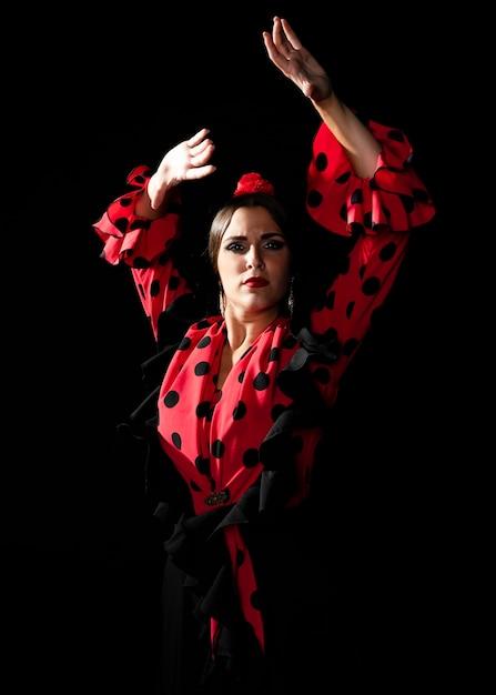 Middellange geschotene vrouw die met omhoog handen danst Gratis Foto