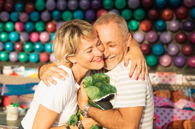 Middellange schot gelukkig paar knuffelen Gratis Foto