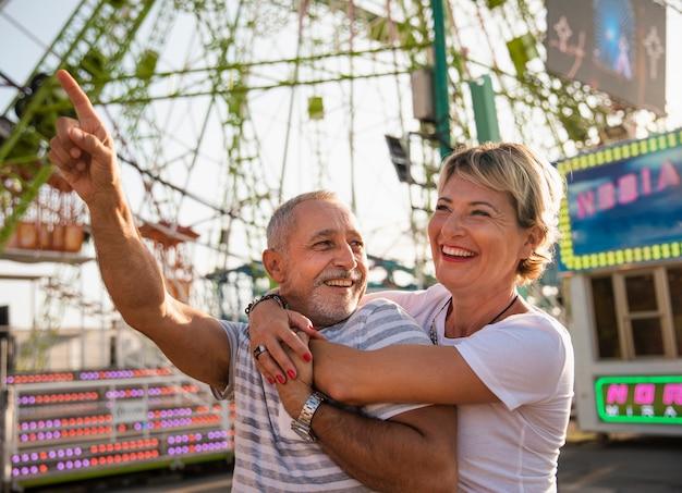 Middellange schot lachende mensen in themapark Gratis Foto