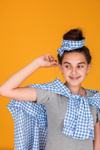 Middellange schot stijlvolle meisje glimlachen Gratis Foto