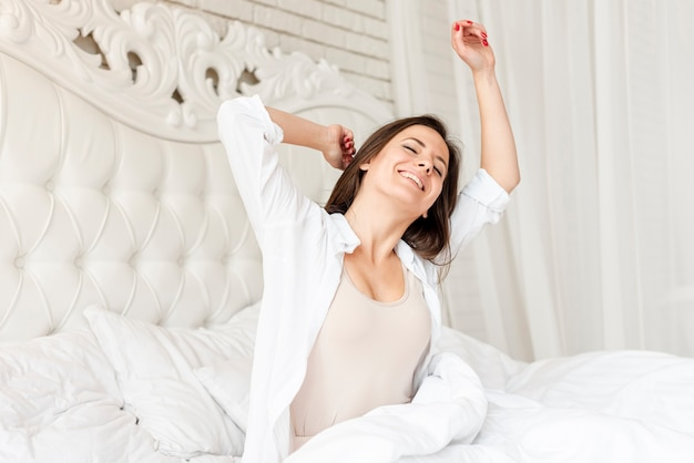 Middellange shot gelukkig meisje wakker Gratis Foto