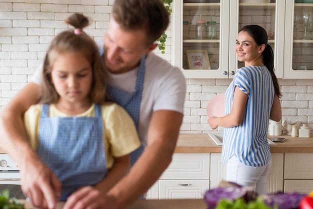 Middellange shot gelukkige familie in de keuken Gratis Foto