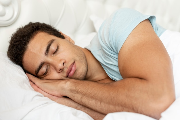 Middellange shot man slapen in de ochtend Gratis Foto