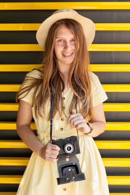 Middellange shot meisje met camera Gratis Foto