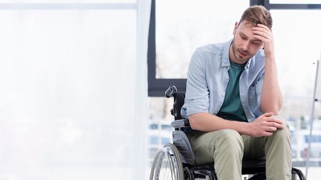 Middellange shot moe man in rolstoel Gratis Foto
