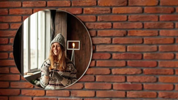 Middellange shot smiley meisje poseren in de spiegel Gratis Foto