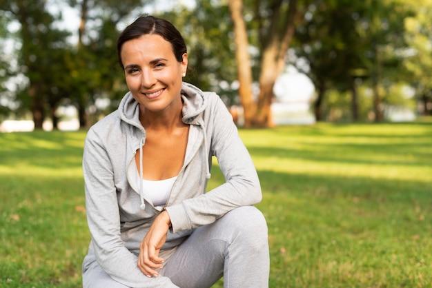 Middellange shot smiley vrouw poseren Gratis Foto