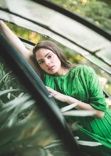 Middellange shot van vrouw in groene jurk Gratis Foto