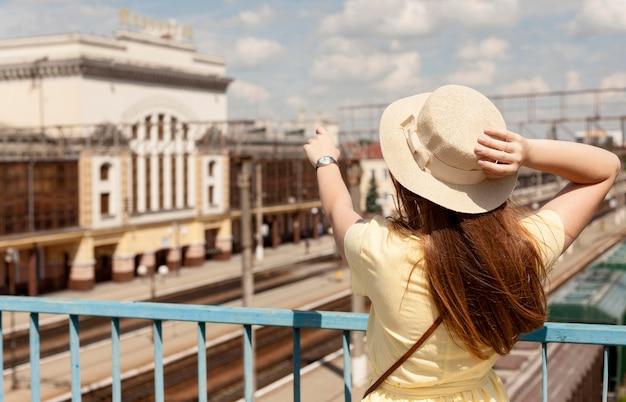 Middellange shot vrouw met hoed Gratis Foto