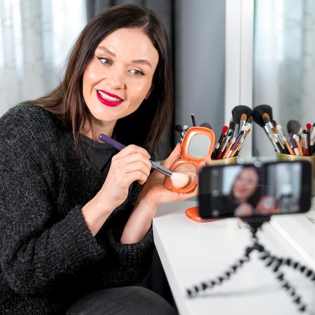 Middellange shot vrouw met make-up Gratis Foto