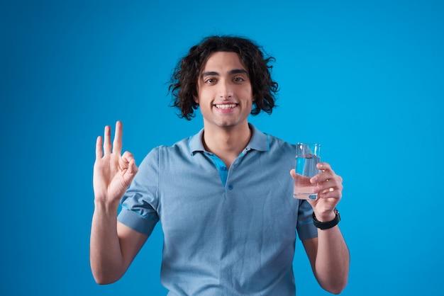 Midden-oosten man poseren met water en teken ok. Premium Foto