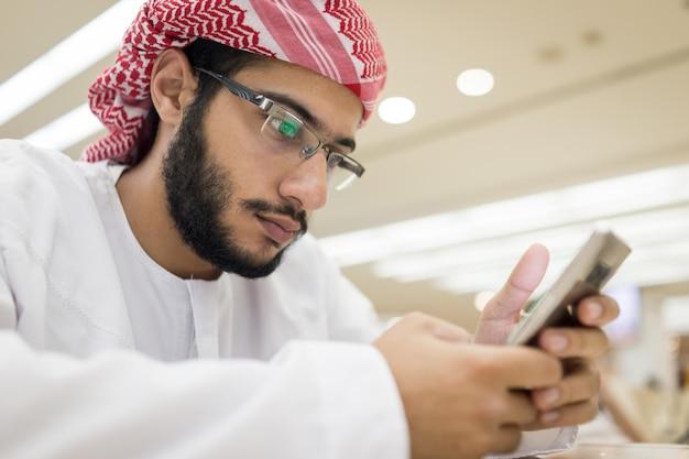 Midden-oosterse jongens met slimme telefoon Premium Foto