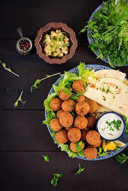 Midden-oosterse of arabische gerechten op donker Premium Foto