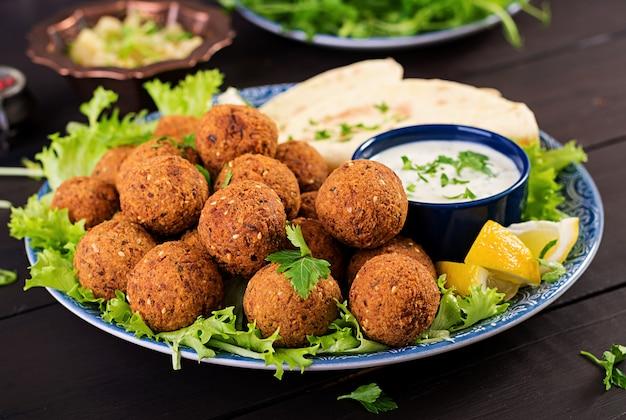 Midden-oosterse of arabische gerechten. Premium Foto