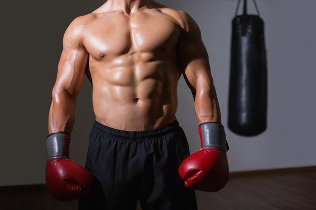 Middendeel van een shirtless gespierde boxer Premium Foto