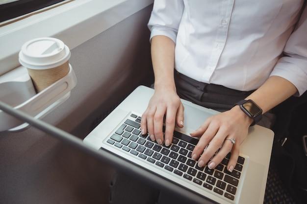 Middensectie van vrouw die laptop met behulp van Gratis Foto