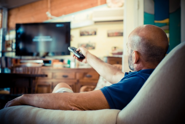 Miggle age man tv kijken Premium Foto