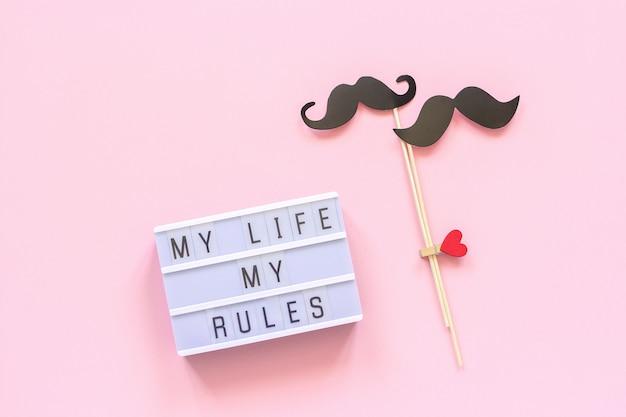 Mijn leven mijn regels lightbox-tekst, paar papieren snor rekwisieten op roze Premium Foto