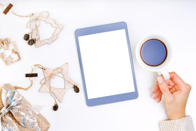 Mijn nieuwjaarsresoluties, doelen op tablet. doellijst met jonge vrouw die een tabletcomputer houdt. . Premium Foto