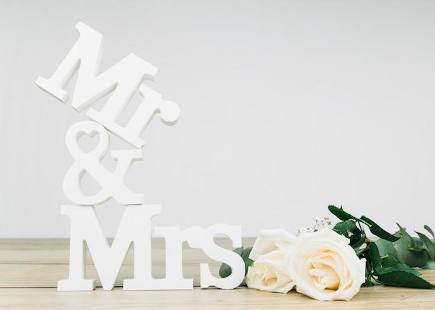 Mijnheer en mevrouw met witte rozen Gratis Foto