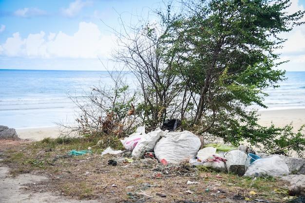 Milieuprobleem van plastic vuilnisvervuiling in oceaan Premium Foto