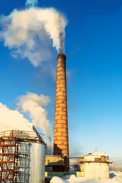 Milieustofconcept met luchtverontreinigingspijp Premium Foto