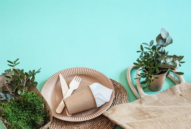 Milieuvriendelijke wegwerpbestek gemaakt van bamboe hout en papier Gratis Foto