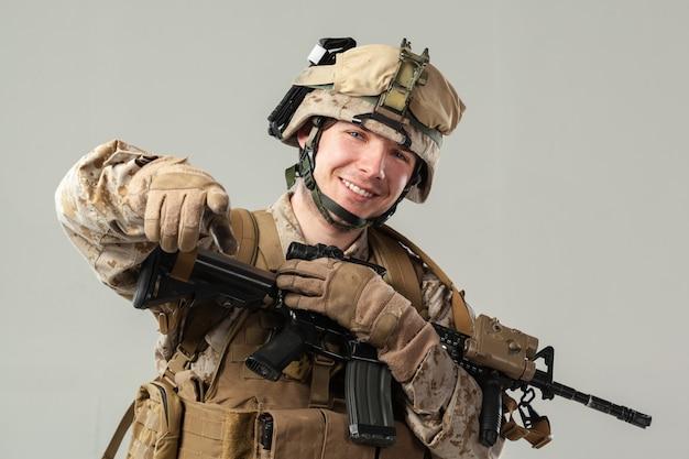 Militair in het geweer van de camouflageholding Premium Foto