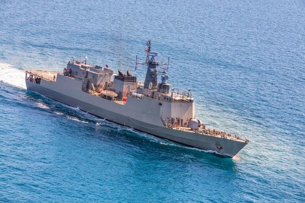 Militaire marineschepen in een uitzicht op zee baai van helikopter Premium Foto