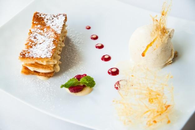 Mille feuille, frans dessert met ijs Gratis Foto