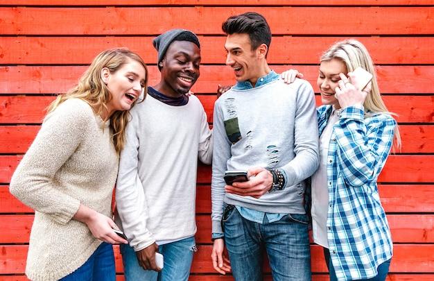 Millenial beste vrienden die slimme telefoon gebruiken in stedelijk stadsgebied Premium Foto