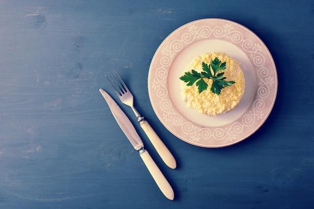 Mimosasalade met vis, wortelen en eieren Premium Foto