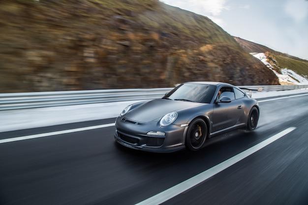 Mini coupe rijden op de snelweg over bergen. Gratis Foto