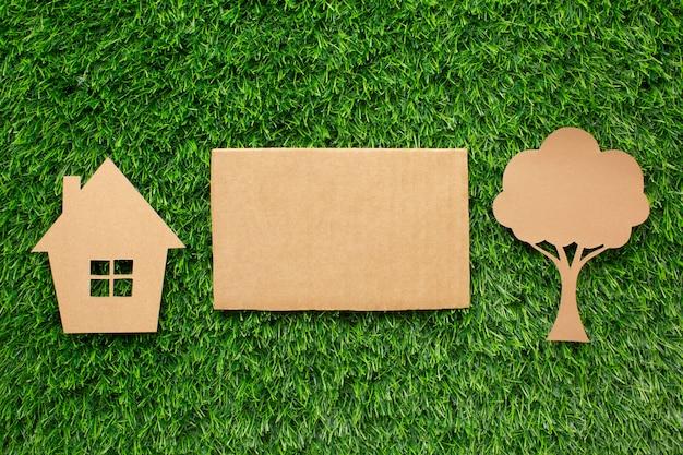 Miniatuur ecologisch huis en boom Gratis Foto