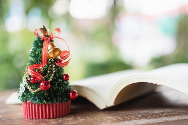 Miniatuur kerstboom vier kerstmis Premium Foto