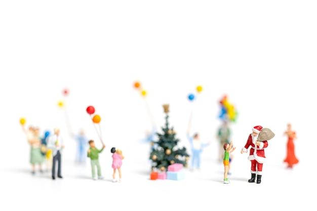 Miniatuur Mensen Santa Claus Holding Cadeau Voor Gelukkige