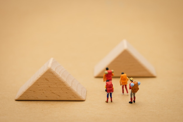 Miniatuur mensen staan op de loopbrug is een blok betekent het begin van de reis Premium Foto